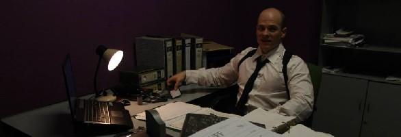 Poli en su despacho